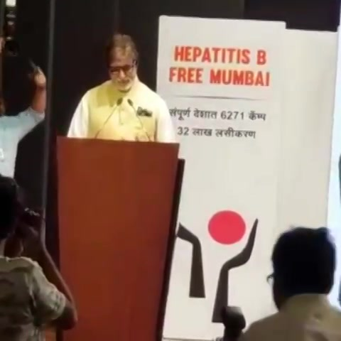 Exactly a year ago,  Mr. bachchan graced his presence at our event of charity to offer his priceless thoughts about our efforts and me donating 10,000 hearing aids to the challenged. It's always beautiful to look back at great moments, especially such where my childhood idol appreciated, saw and believed in my vision.  #tbt #mrbachchan #amitabhbachchan #BigB #throwbackthursday #grateful #gratitude